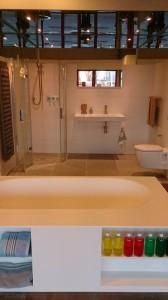 """Burgos het vrijstaande solid surface bad van Riho met ingebouwde """"boekenkast"""" , is te zien in de showroom van Badexclusief aan de atoomweg 6 te Groningen, Meubelboulevard Hoendiep. Naast dit rechthoekige vrijstaande bad hebben wij uiteraard ook vrijstaande baden, duobaden, whirlpoolbaden, massagebaden en bubbelbaden van andere merken en materialen zoals gietijzeren baden, koperen baden, acrylbaden etc. Een ander mooi bad uit de collectie is het vrijstaande ovale bad van Balteco , de Senzo. Solid surface is mat wit van kleur en voelt warm aan. Het bad is dubbelwandig en blijft langer warm dan de reguliere baden. Ook klassieke baden zoals de vrijstaande baden op pootjes staan in de badkamershowroom van Badexclusief Groningen, dé badkamerarchitect van Nederland. U bent van harte welkom, op de contactpagina staan de openingstijden vermeld. groet, Rick de Boer-Badexclusief."""