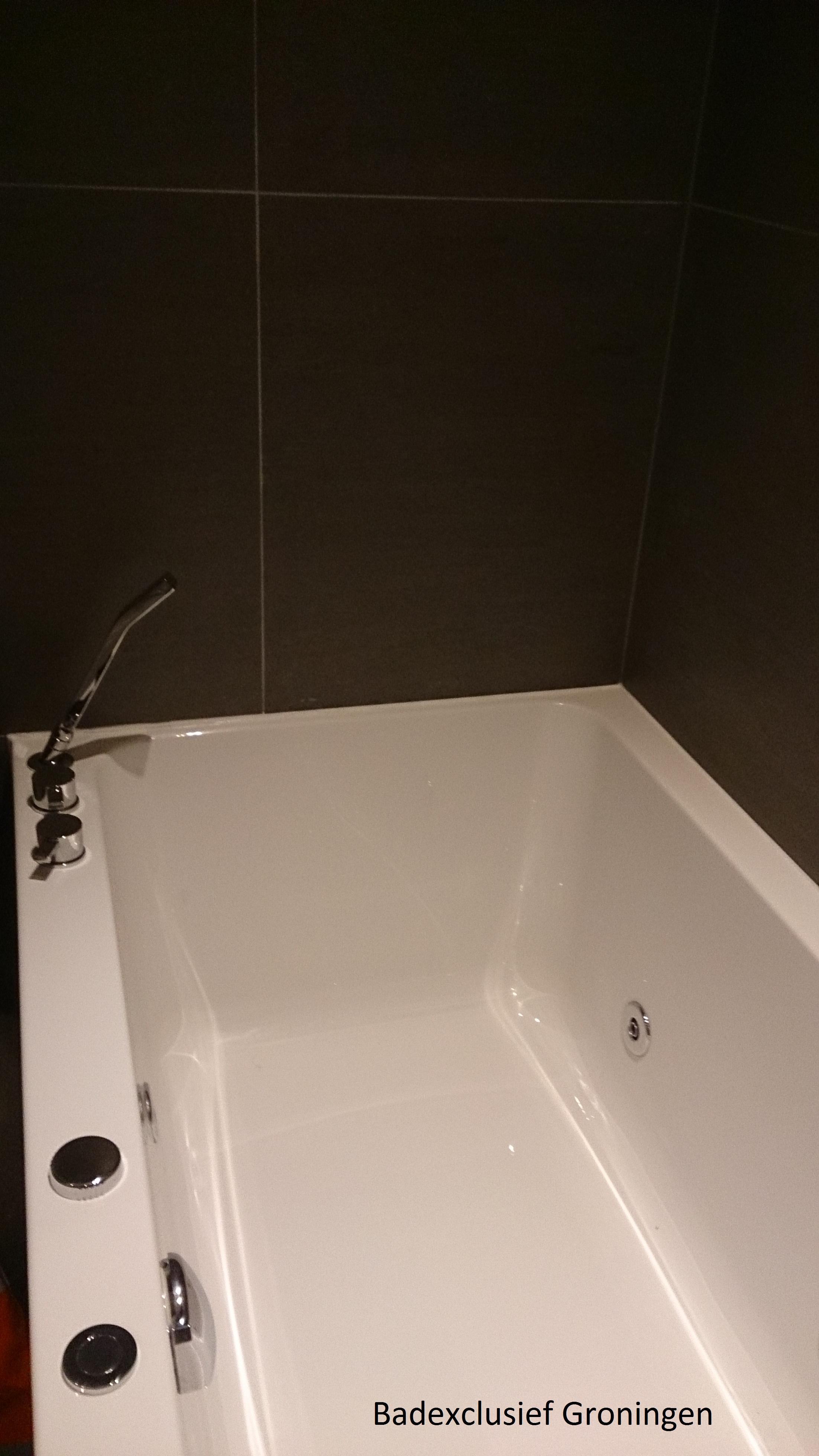 Luxe whirlpool in een luxe badkamer van Badexclusief de badkamerarchitect uit Groningen voor uw luxe badkamer.