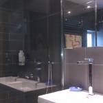 luxe badkamer met maatwerk douchecabine en badmeubel inclusief een spiegelkast op maat, van badkamerarchitect Badexclusief uit Groningen.