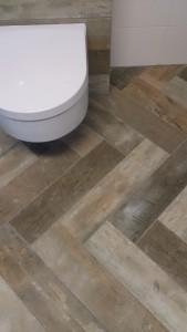 Eurovite Badexclusief: Tegelwerk in badkamer met vintage visgraat-parket van wood line tegels.