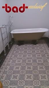 Badexclusief ontwierp voor viaconcept.nl deze mooie klassieke badkamer voor een pand uit 1910 te Groningen. Klassiek Engels sanitair van Burlington en klassiek Engelse kranen, eveneens van Burlington bathroom brands. De jugendstil cementtegelvloer is van Castelo du Portugal, en heeft de authentieke kleuren en patronen uit die stijlperiode. Het hier getoonde bad had klant al zo'n 20 jaar geleden bij Badexclusief gekocht en was nog zo goed als nieuw, je zou zweren dat het nooit gebruikt is geweest. ( kwaliteit betaald zich altijd terug ).