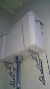 Klassieke-badkamer-groningen van badkamerarchitect badexclusief en een hooghangende stortbak van wit porcelein en verchroomde trekstang van burlington klassiek engels sanitair. deze wc's zijn ook met gietaluminium stortbakken te leveren, te zien in de badkamershowroom van badexclusief te groningen, en ook als laaghangend reservoir, losse pot ( ao/pk) en als duoblok met een afvoer naar onderen of naar achteren . chroom uitvoering kan maar ook vergulde, nickelen of rvs kranen zijn mogelijk. zelfs oud zilver van thg-paris of jcd kan. Naast burlington heeft badexclusief ook imperial-bathrooms, imperial-sanitair, imperial-kranen, klassiek sanitair, klassieke radiators in gietijzer met bronzen beslag, van heck badkamers, windsor bathrooms, badarsenaal, international bathrooms, mackbath , simas arcade sanitair, simas londra klassiek etc etc.