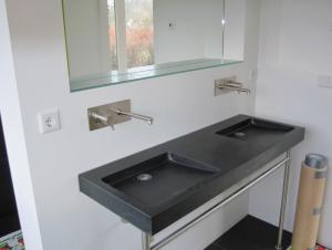 diversen van badkamerarchitect badexclusief, o.a. frame wastafel in rvs op maat en diversen dubbele granieten wasbak met ritmonio dia35 wastafelwandkraan in rvs geborsteld.