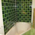 hoekbad compact met douchewand voor bad, handgemaakte handvormtegels in project; whirlpool-en-inloopdouchewand voor villa aan de rijksstraatweg te Haren Groningen.