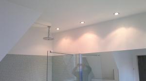 Badkamer ontworpen door Badexclusief, dé badkamerarchitect van Nederland, uit Groningen,. Luxe badkamer met Original-style glasmozaïek, luxe Ritmonio rvs-kranen en stortdouchekop, maatwerk douchecabine met comfortabel nano-glas, luxe duobad en luxe design sanitair .