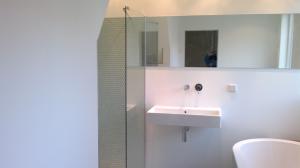 badkamerontwerp op maat in Groningen waarbij de kwaliteit van het ontwerp is versterkt door de kwaliteit van het gebruikte sanitair en tegels.