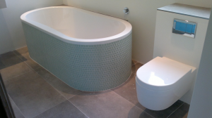 badkamer glasmozaiek en duo ligbad ovaal met wandcloset en easy-clean soft-close wc bril met deksel