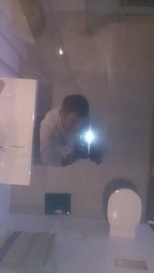 foto bij badexclusief van een zwartspiegelplafond.